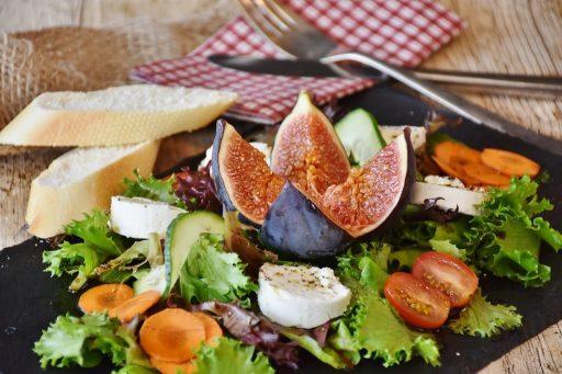 Duża ilość warzyw na talerzu