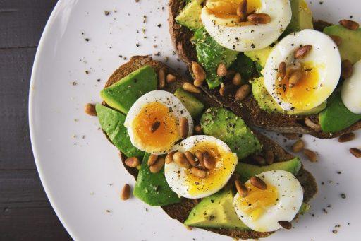 Pyszne danie na talerzu z jajkiem