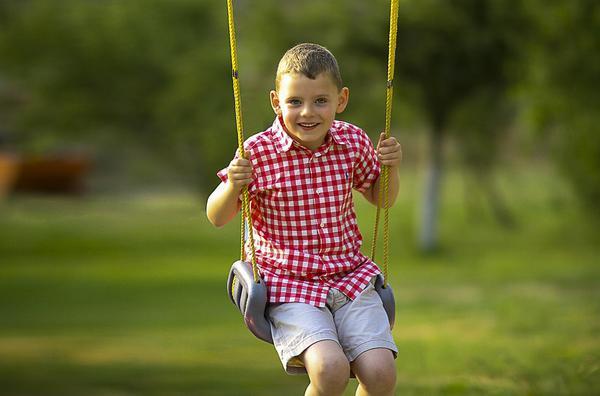 Huśtawka dla dziecka w ogródku